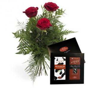 Tre röda rosor och en ask choklad