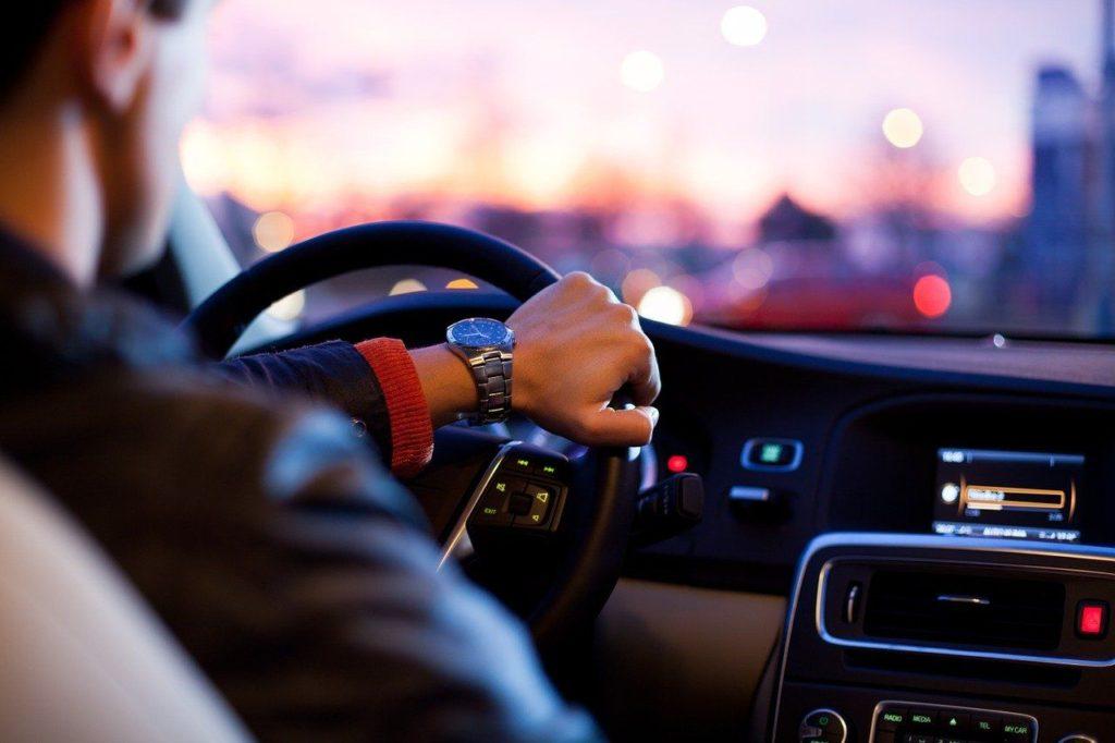 Man kör bil, kvällen