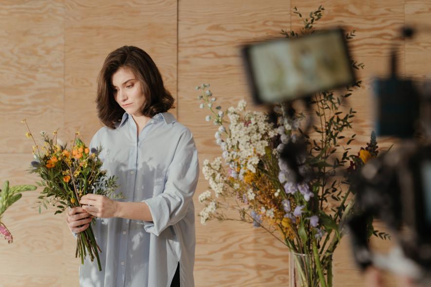 Florist plockar ihop födelsedagsbukett