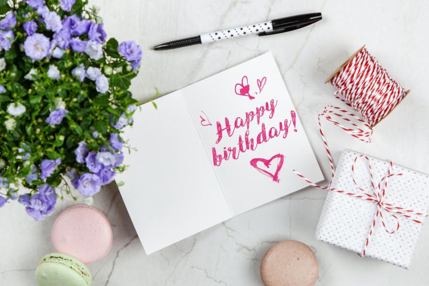 Kort med födelsedagshälsning till blombukett